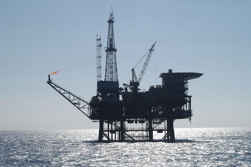 1024px-Oil_platform_091756.3-lg