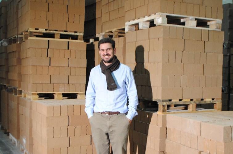 Géry Despret devant des palettes de briques Argio © L'Avenir